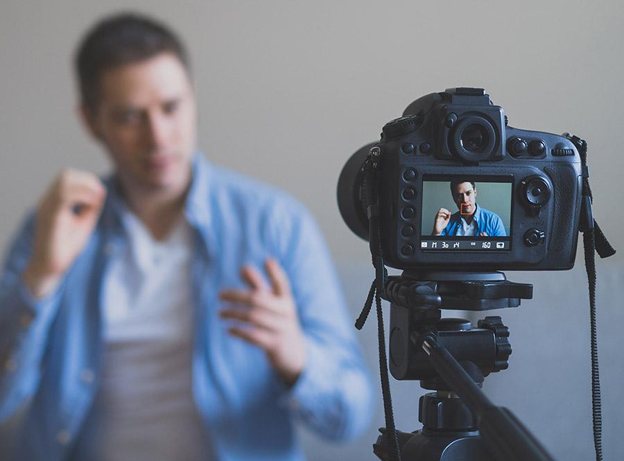 Persona generando contenido audiovisual, e-Darwin agencia de marketing digital y comercio electrónico