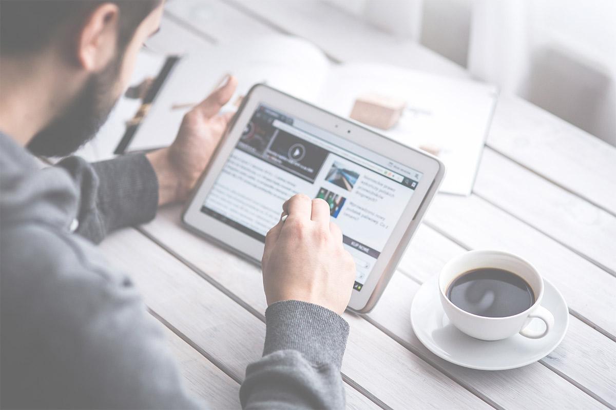 Persona mirando un video en una tablet, agencia de marketing digital y comercio electrónico e-Darwin