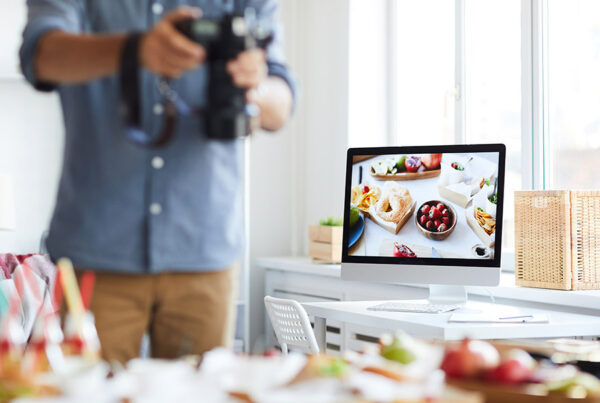 Persona haciendo fotos a productos gastronómicos, agencia de marketing digital e-Darwin